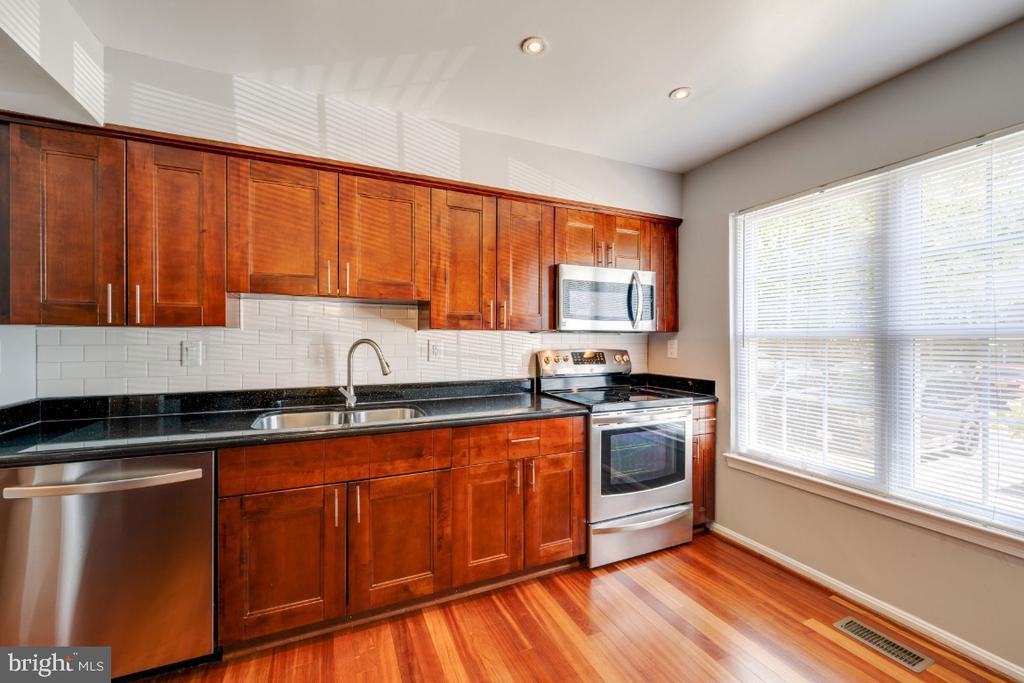Updated kitchen - 5752 HERITAGE HILL DR, ALEXANDRIA