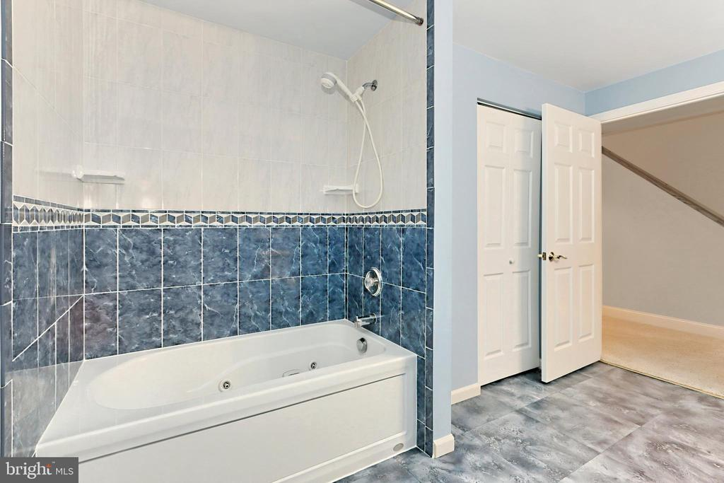 Lower lvl bathroom perfect for guests - 508 DRANESVILLE RD, HERNDON