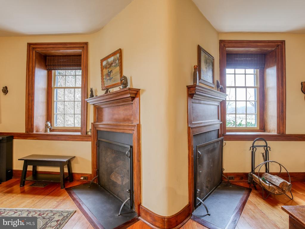 Library/family room with rare dual fireplaces - 20775 AIRMONT RD, BLUEMONT