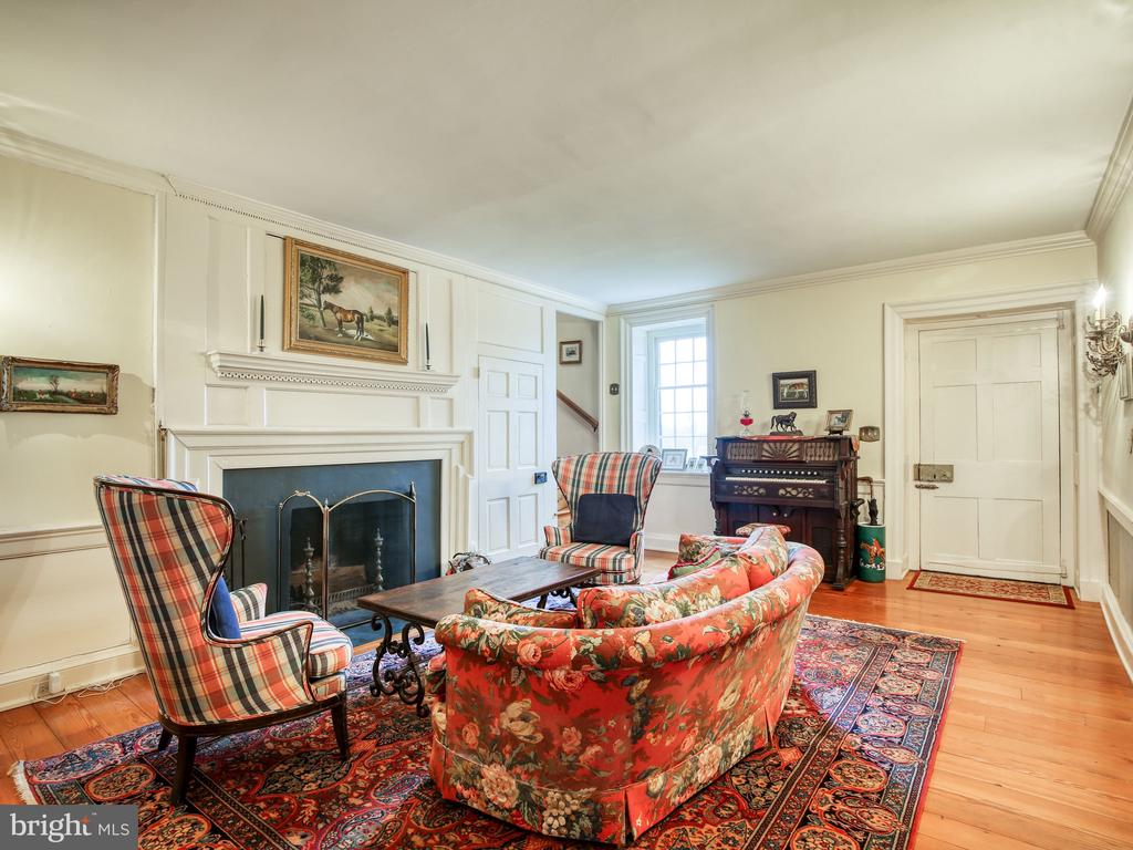 Sitting rooml with fireplace - 20775 AIRMONT RD, BLUEMONT