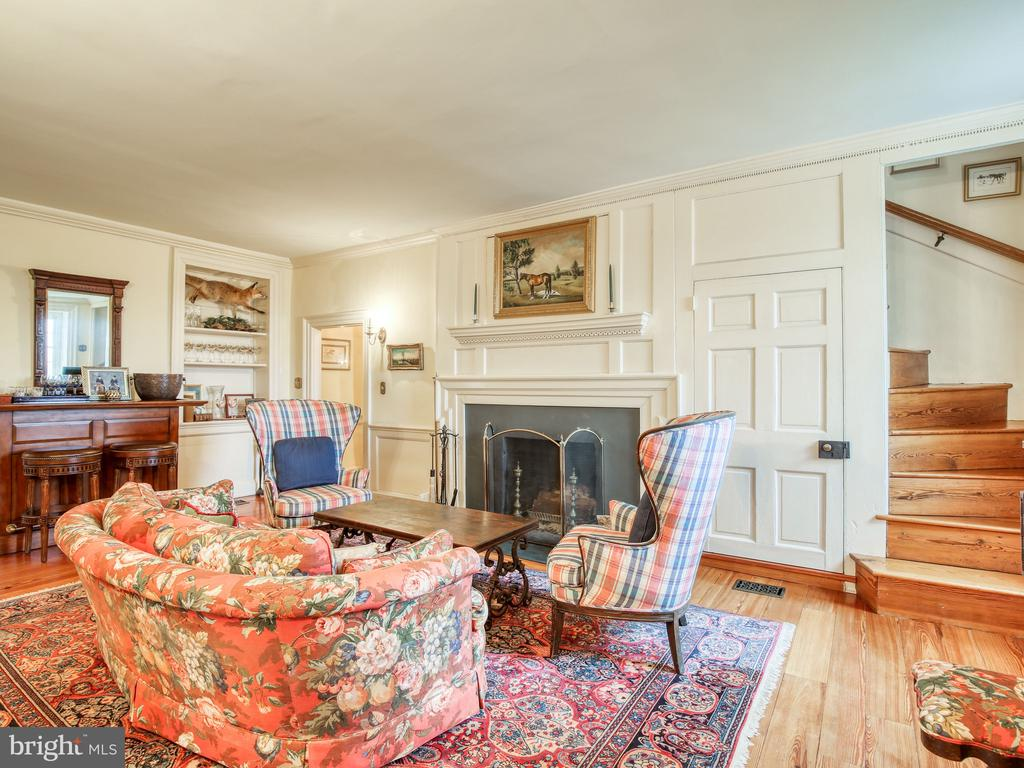 Sitting room with fireplace - 20775 AIRMONT RD, BLUEMONT