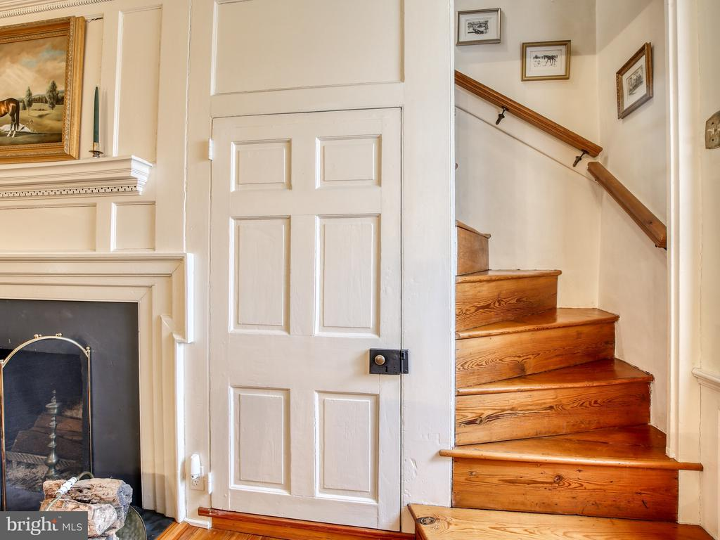 Front stair to second level - 20775 AIRMONT RD, BLUEMONT
