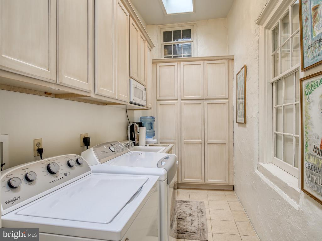 Large laundry room with cabinets on main floor - 20775 AIRMONT RD, BLUEMONT