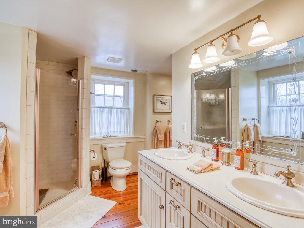 Bath 2 on second floor - 20775 AIRMONT RD, BLUEMONT