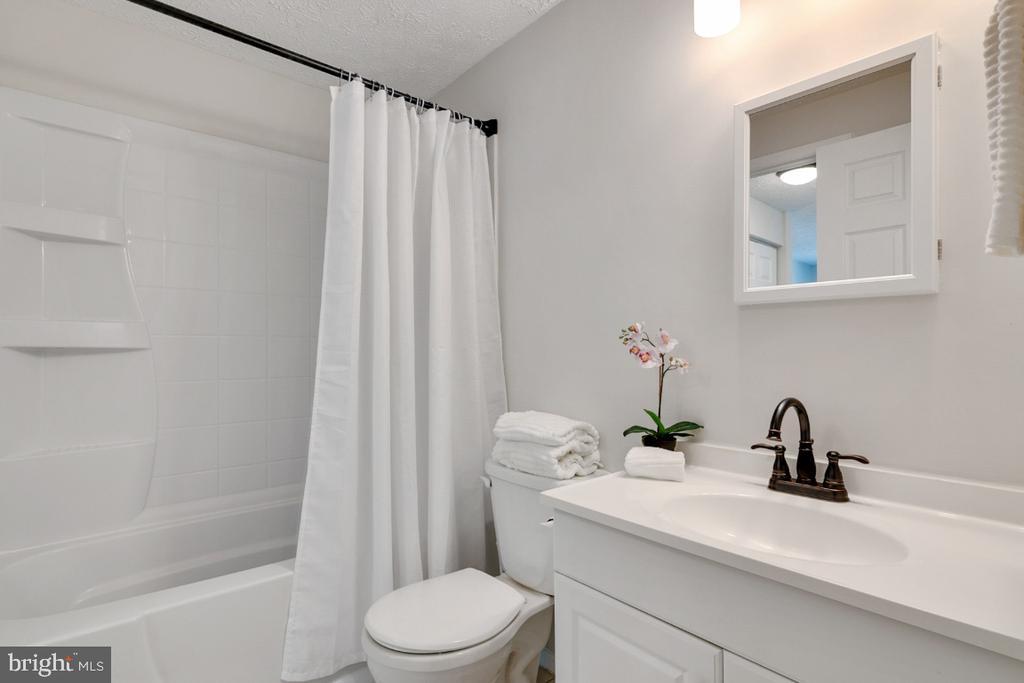 Updated vanity, faucet, lighting, and Bathfitter - 8444 SUGAR CREEK LN, SPRINGFIELD
