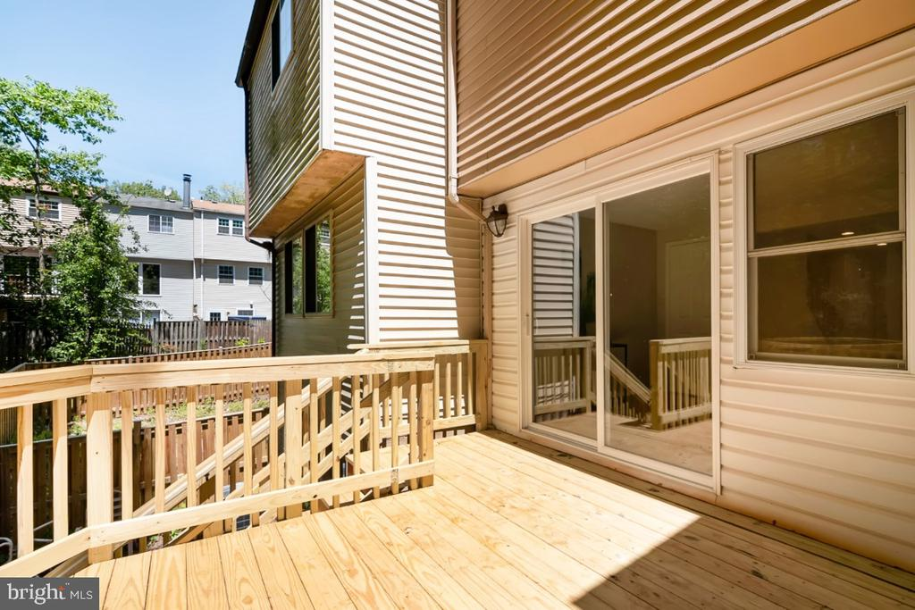 Updated decking with stairs to lower - 8444 SUGAR CREEK LN, SPRINGFIELD