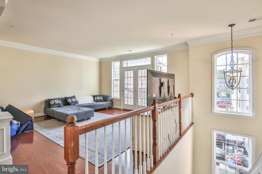 Greatroom with crown molding - 42810 LAUDER TER, ASHBURN