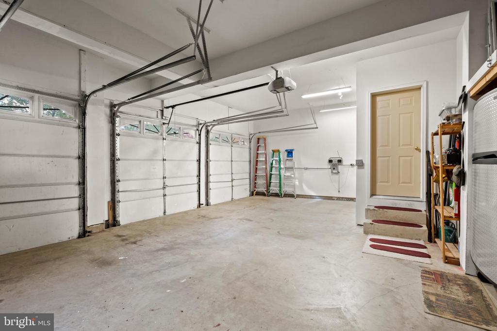 Three Bay Garage - 43327 RIVERPOINT DR, LEESBURG