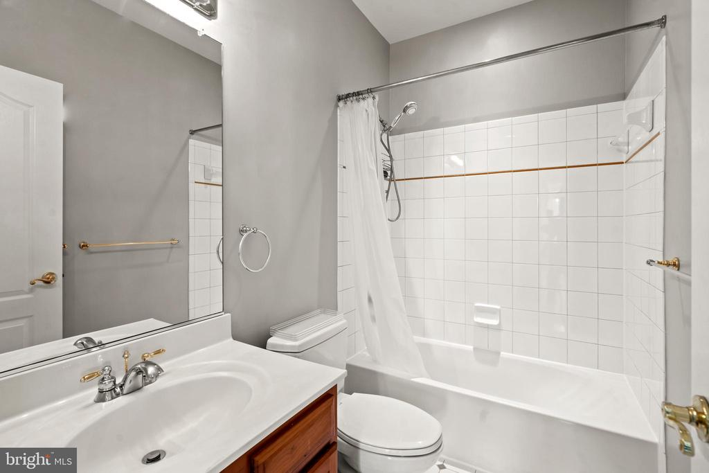 Fourth Full Bath - 43327 RIVERPOINT DR, LEESBURG