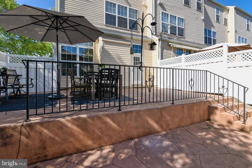Tiered level patio. - 43533 MINK MEADOWS ST, CHANTILLY