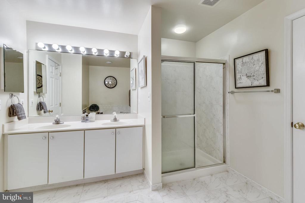 Owner's Bath with double vanities. - 43533 MINK MEADOWS ST, CHANTILLY