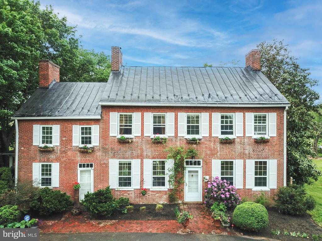 Elegant front view of primary house - 19060 LINCOLN RD, PURCELLVILLE