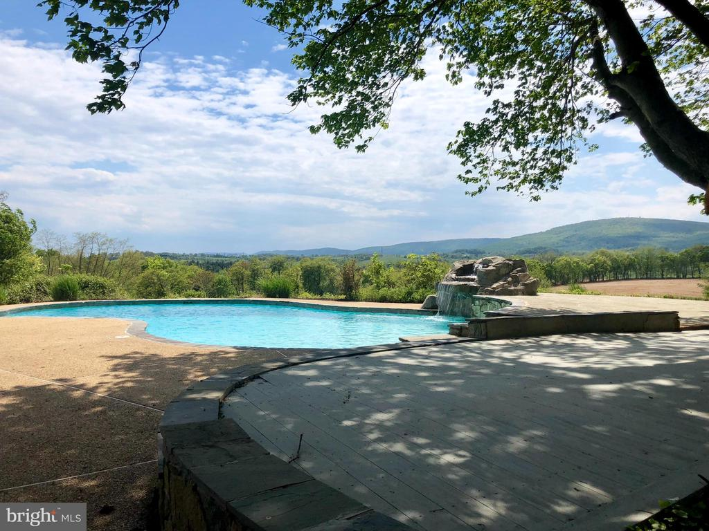 OUTDOOR ENTERTAINING SPACE - 8450 PALMER RD, MIDDLETOWN