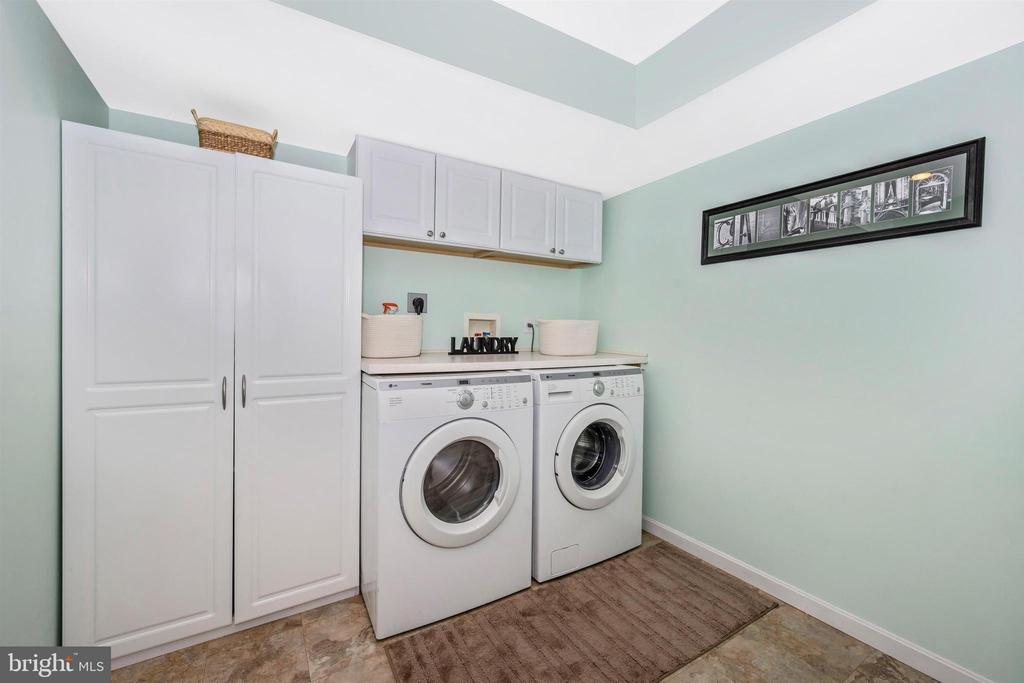 This laundry room is amazing! - 17004 INDIAN GRASS DR, GERMANTOWN
