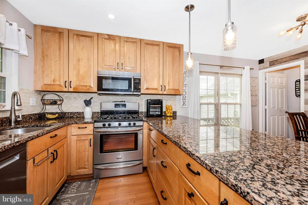 Granite countertops & updated maple cabinets - 17004 INDIAN GRASS DR, GERMANTOWN