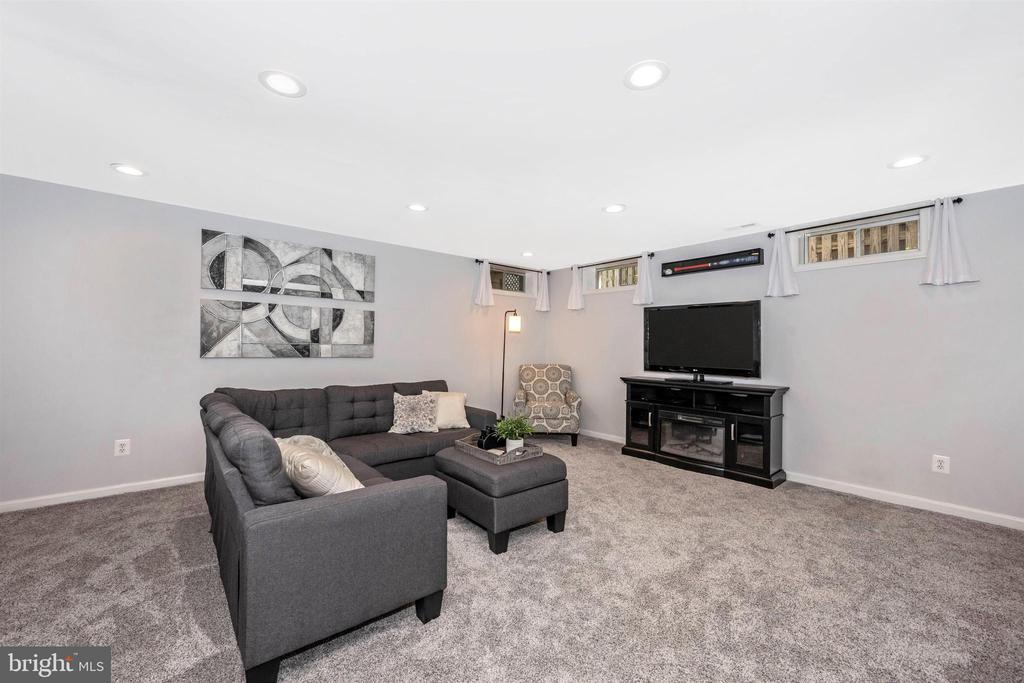 Large lower level rec room w/ newer carpet - 17004 INDIAN GRASS DR, GERMANTOWN