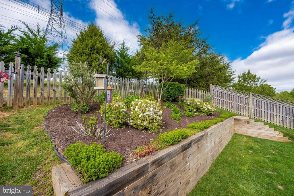 Beautiful landscaping and trees at rear - 17004 INDIAN GRASS DR, GERMANTOWN