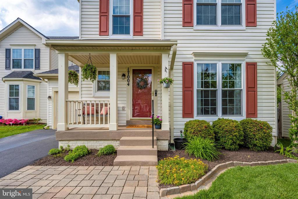 Front porch provides cover from the elements - 17004 INDIAN GRASS DR, GERMANTOWN