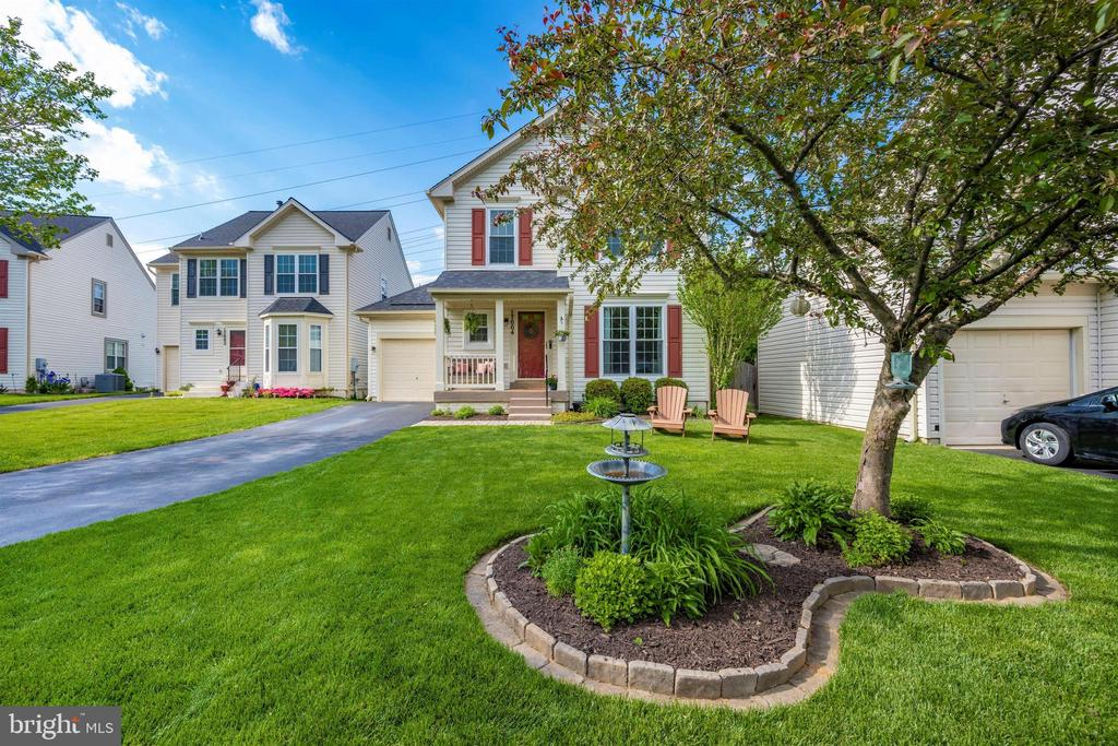 Large front yard w/new sod & great landscaping - 17004 INDIAN GRASS DR, GERMANTOWN