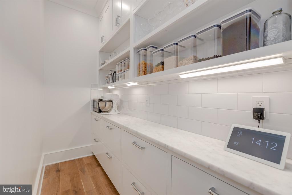 Butler's pantry w/plentiful storage - 212 A ST NE, WASHINGTON