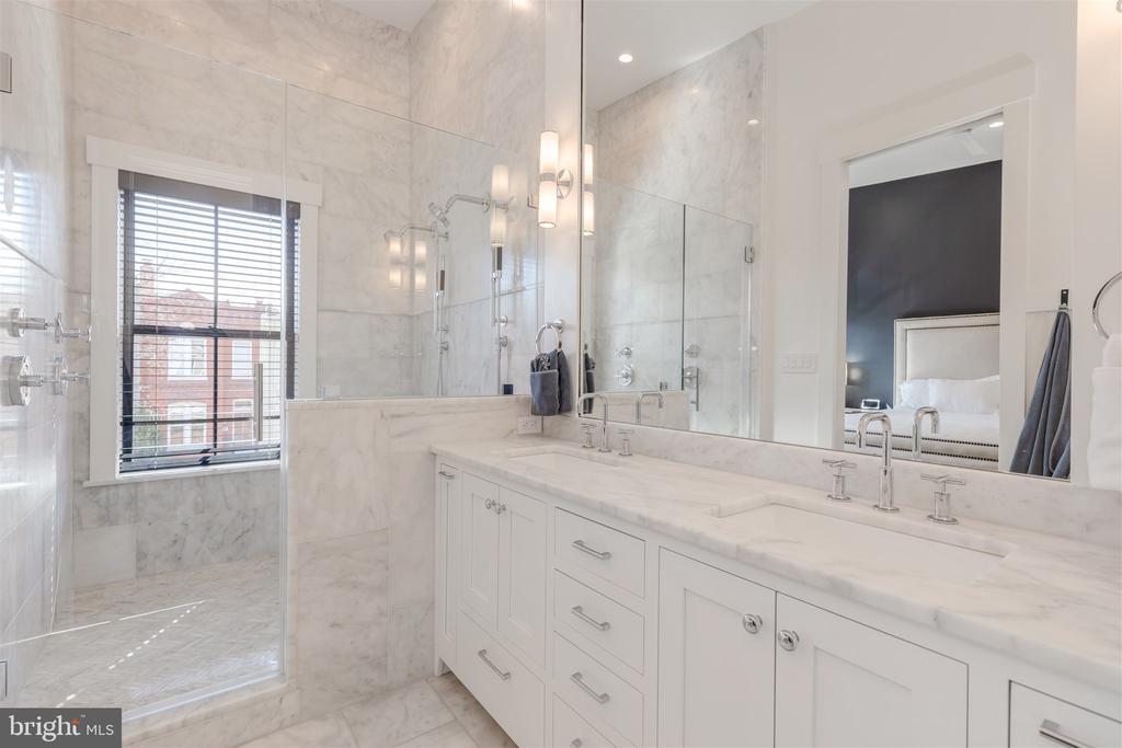 Master bathroom w/dual shower heads - 212 A ST NE, WASHINGTON