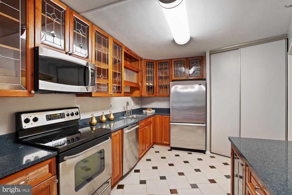Cherry wood cabinetry - 1600 N OAK ST #532, ARLINGTON