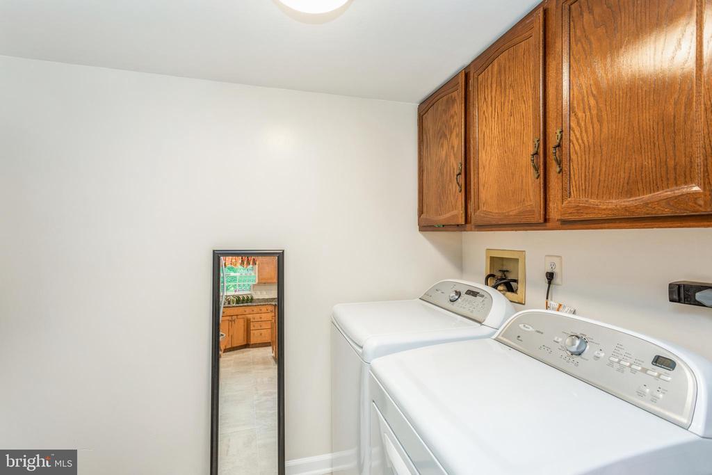 Laundry room/ mud room on main - 13619 BRIDGELAND LN, CLIFTON