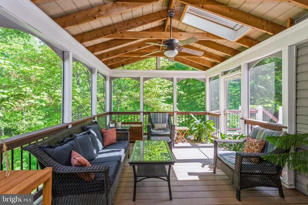 Screened in porch for relaxing - 13619 BRIDGELAND LN, CLIFTON