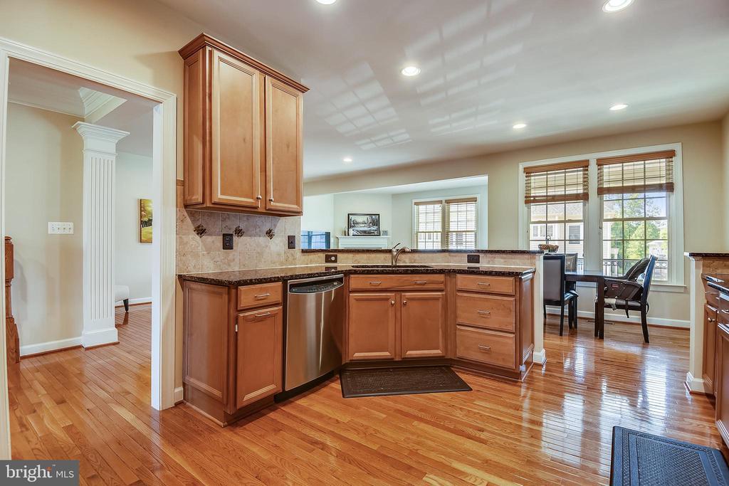 Spacious kitchen - 24953 EARLSFORD DR, CHANTILLY
