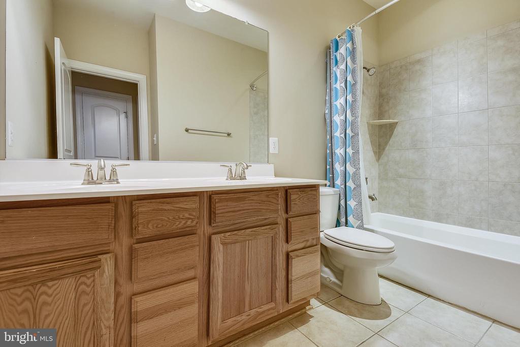 Upper hall full bath - 24953 EARLSFORD DR, CHANTILLY