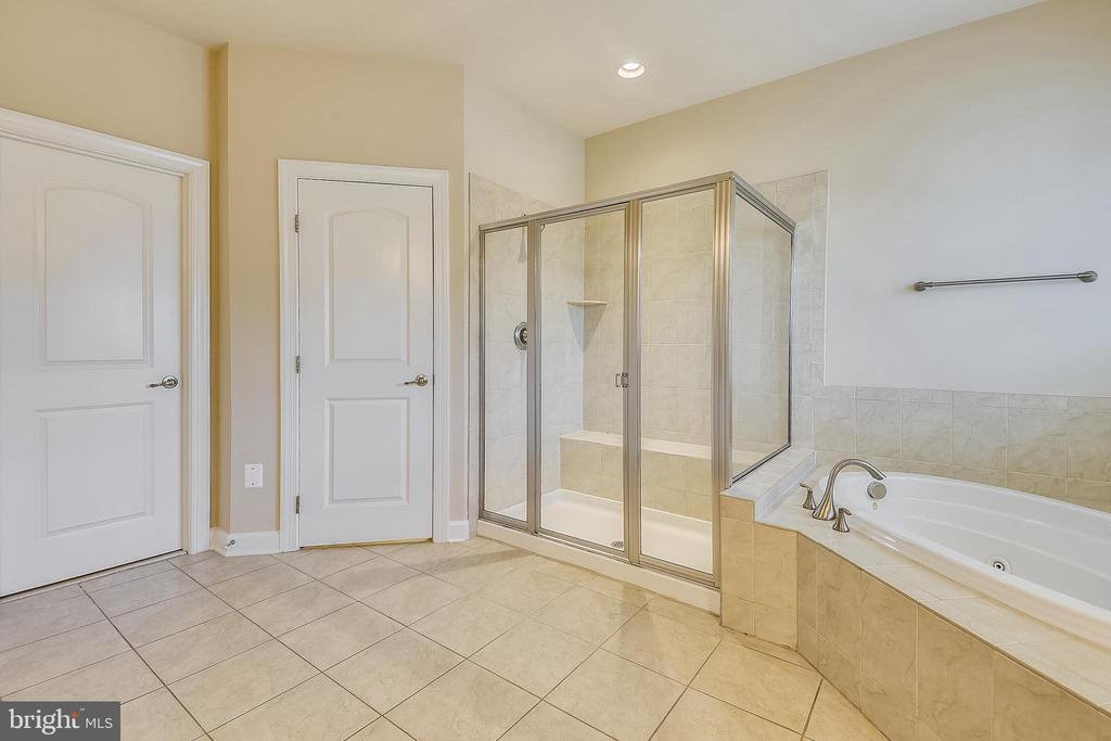 Separate tub and shower - 24953 EARLSFORD DR, CHANTILLY