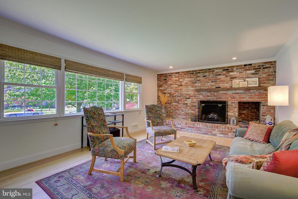 Living Room With Large Picture Window - 2502 CHILDS LN, ALEXANDRIA