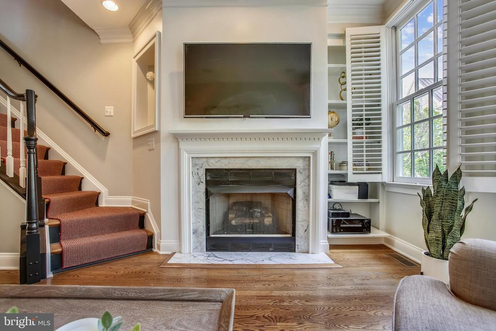 Gleaming hardwood floors throughout  this level - 8 KEITHS LN, ALEXANDRIA