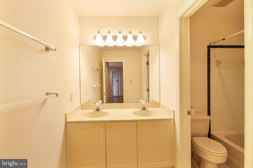 2nd floor hallway bath - 15302 SWEETRIDGE RD, SILVER SPRING