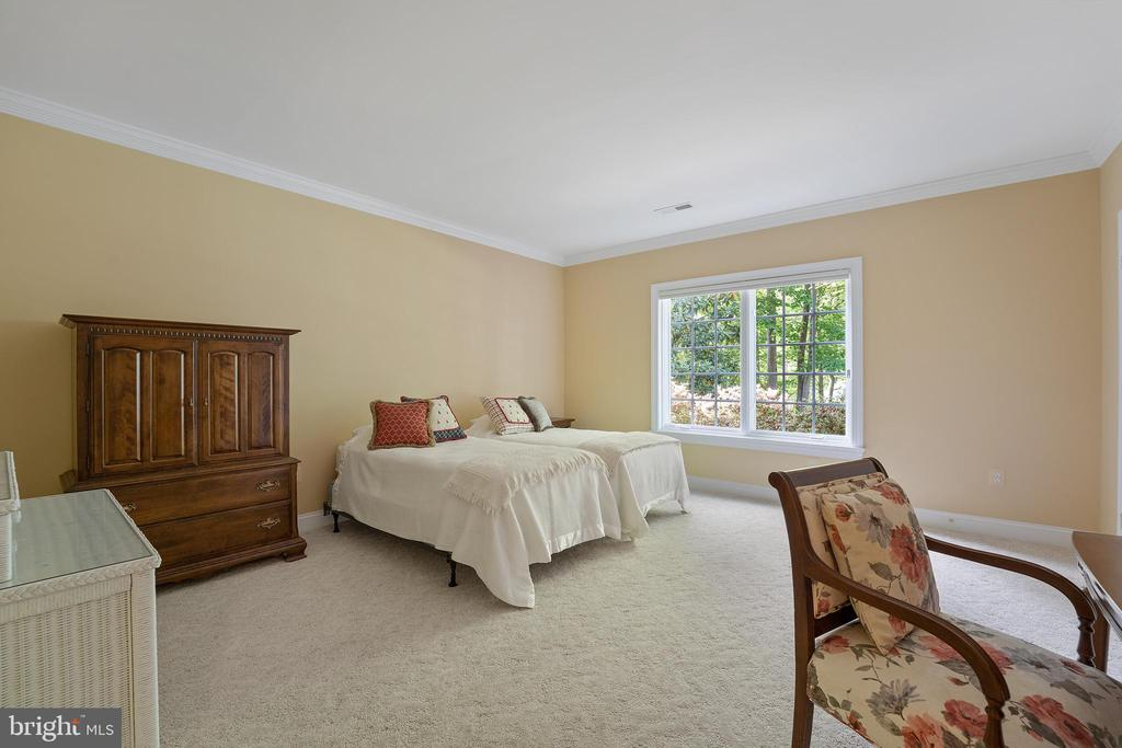 Ample 5th Bedroom with Full Bath Access - 11500 TURNING LEAF CT, SPOTSYLVANIA