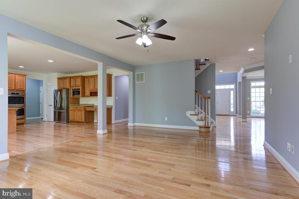 Kitchen opens into family room - 23096 RED ADMIRAL PL, BRAMBLETON