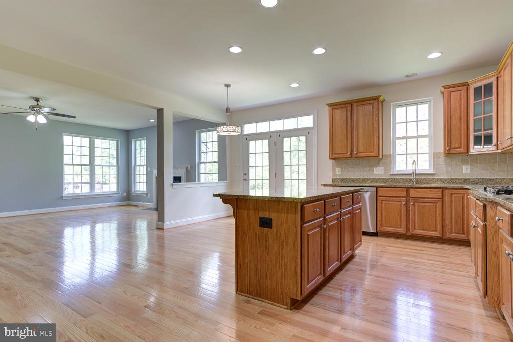 Kitchen opens into Breakfast and Family room - 23096 RED ADMIRAL PL, BRAMBLETON