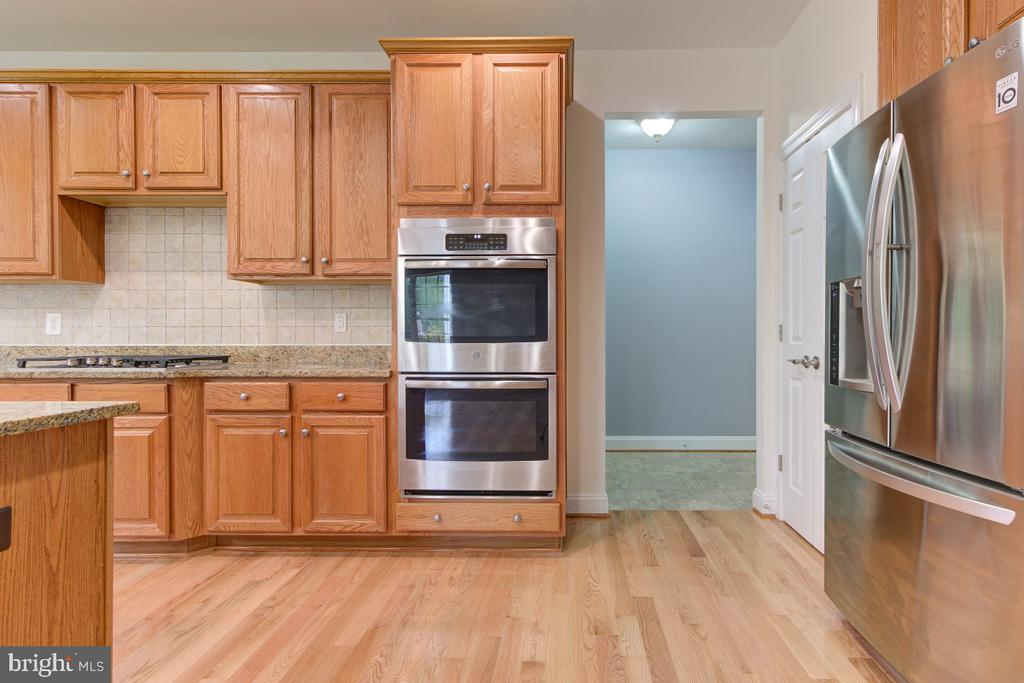 Stainless-steel appliances are just 2 years old - 23096 RED ADMIRAL PL, BRAMBLETON