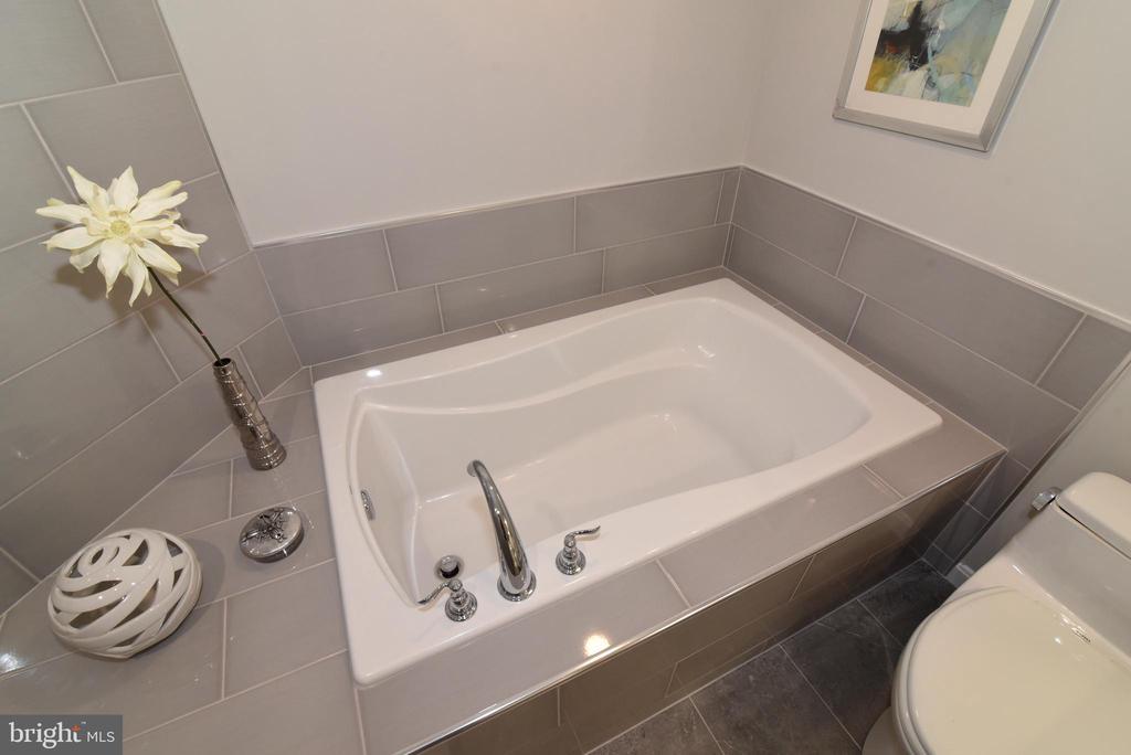 Soaking tub - 12143 CHANCERY STATION CIR, RESTON