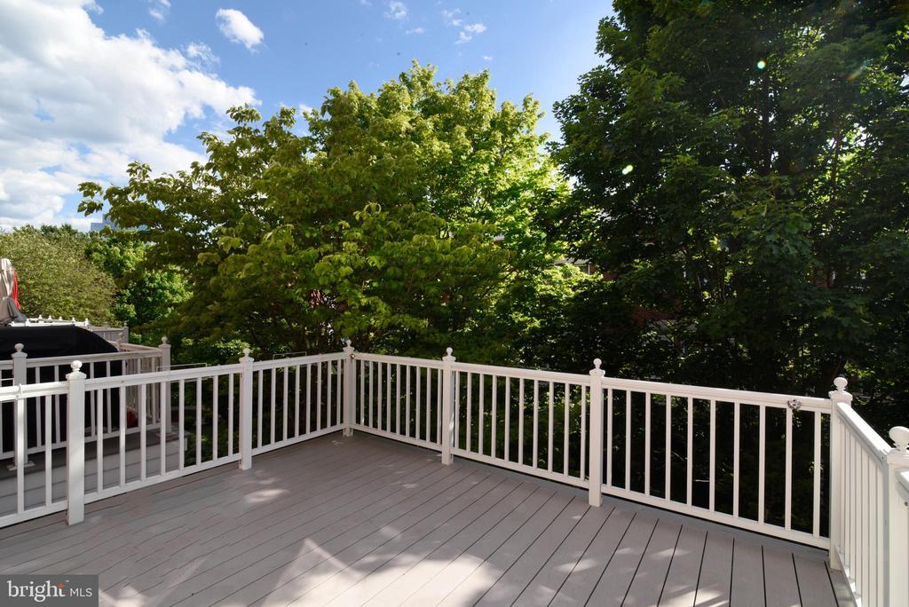 Rear deck off of kitchen w/Azek decking - 12143 CHANCERY STATION CIR, RESTON