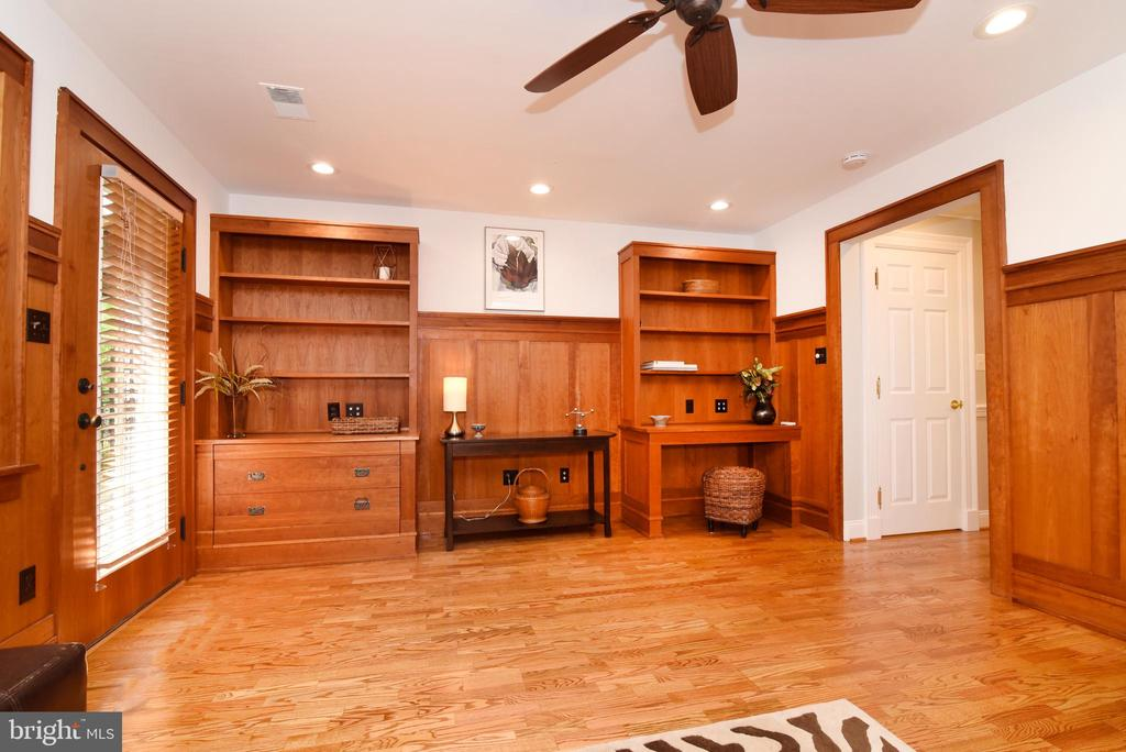 Built-in shelves and desk - 12143 CHANCERY STATION CIR, RESTON