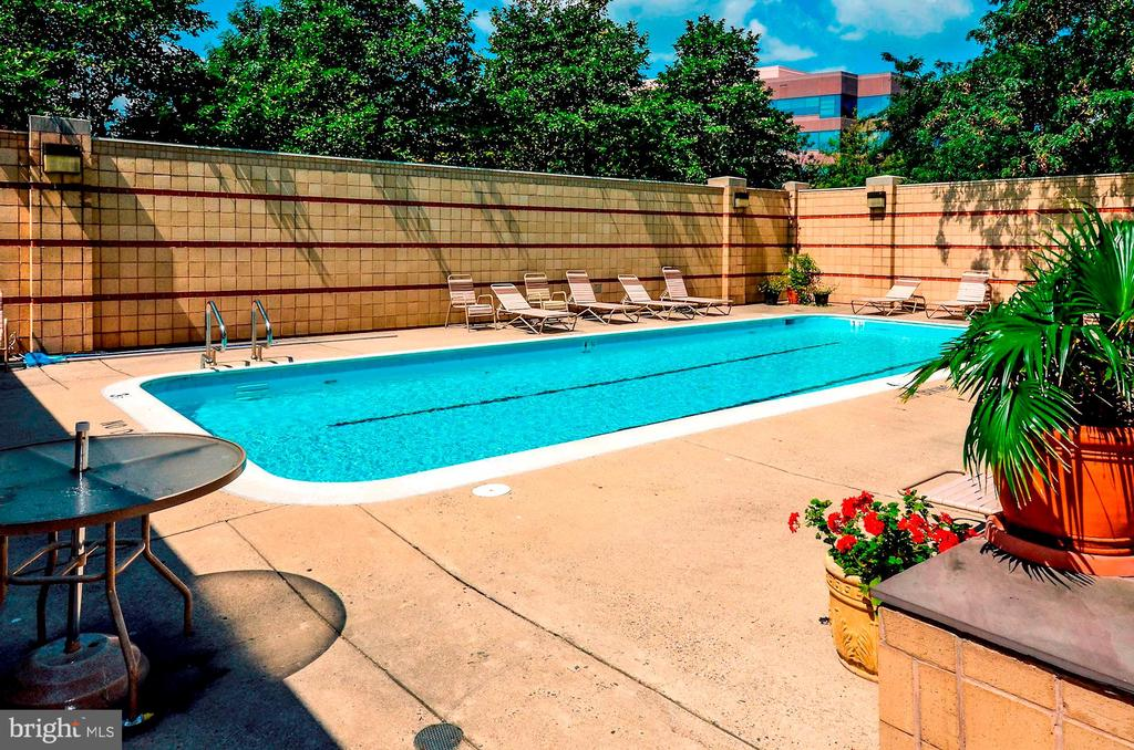 In ground pool - 2400 CLARENDON BLVD #301, ARLINGTON