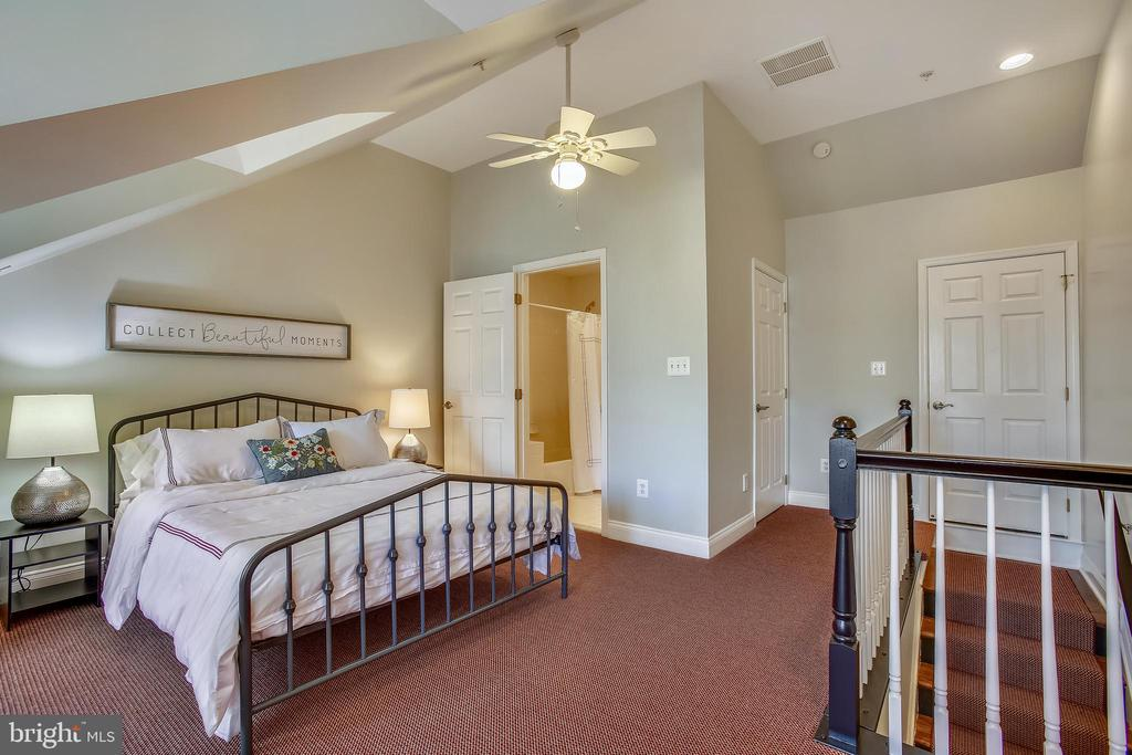 Third bedroom on it's own private level - 8 KEITHS LN, ALEXANDRIA