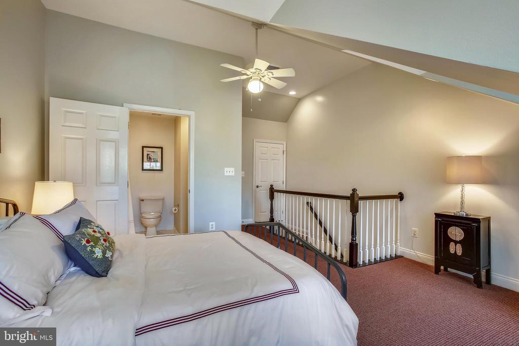 Third bedroom with ensuite bath - 8 KEITHS LN, ALEXANDRIA