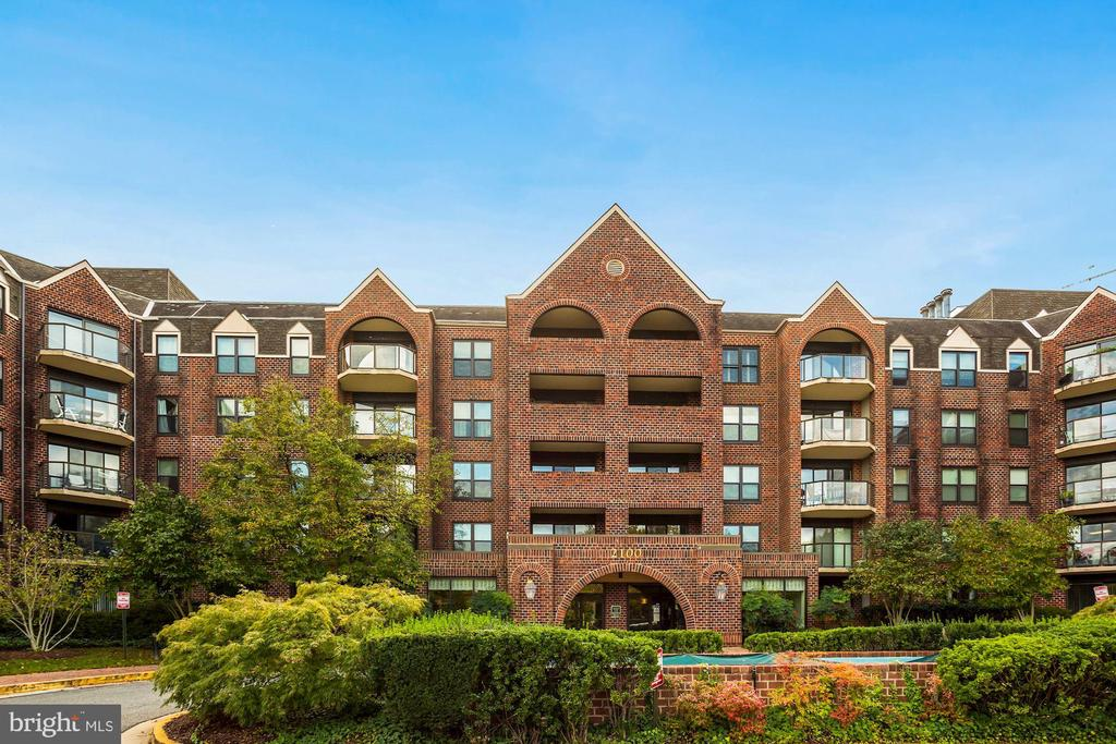 Just a 10-minute walk to Court House Metro! - 2100 LEE HWY #G11, ARLINGTON