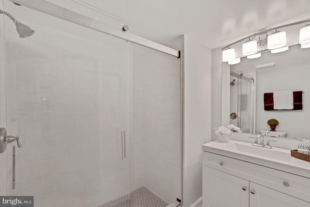 Renovated bathroom! - 2100 LEE HWY #G11, ARLINGTON