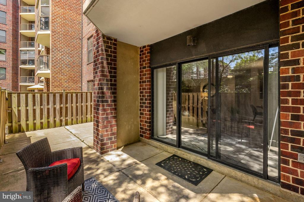 Large outdoor patio - 2100 LEE HWY #G11, ARLINGTON