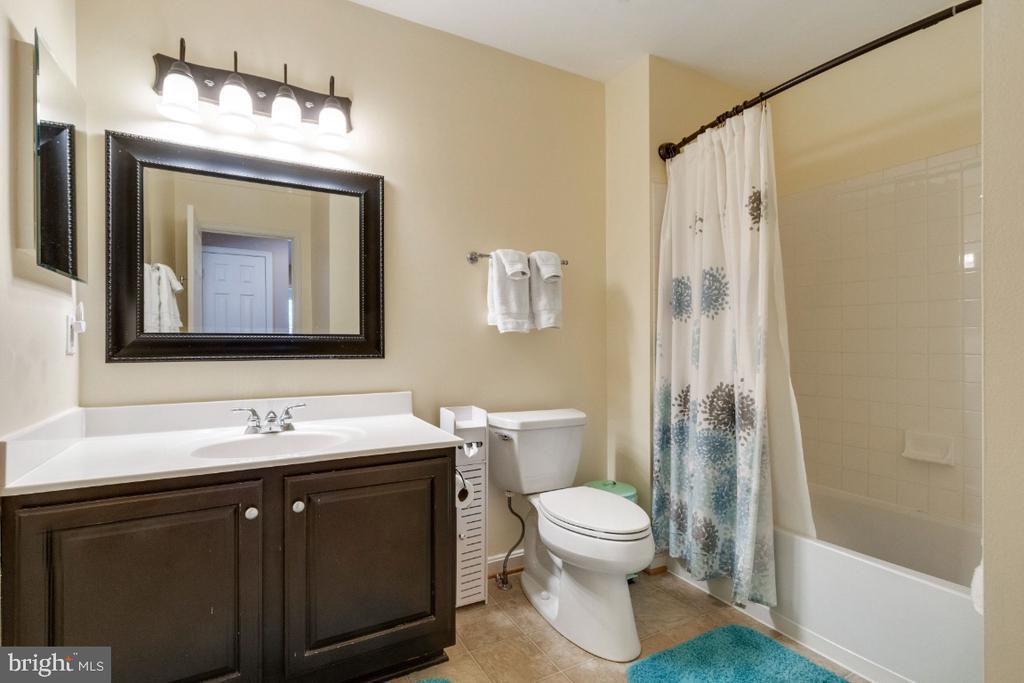 Upper Hall Bathroom - 25554 DABNER DR, CHANTILLY