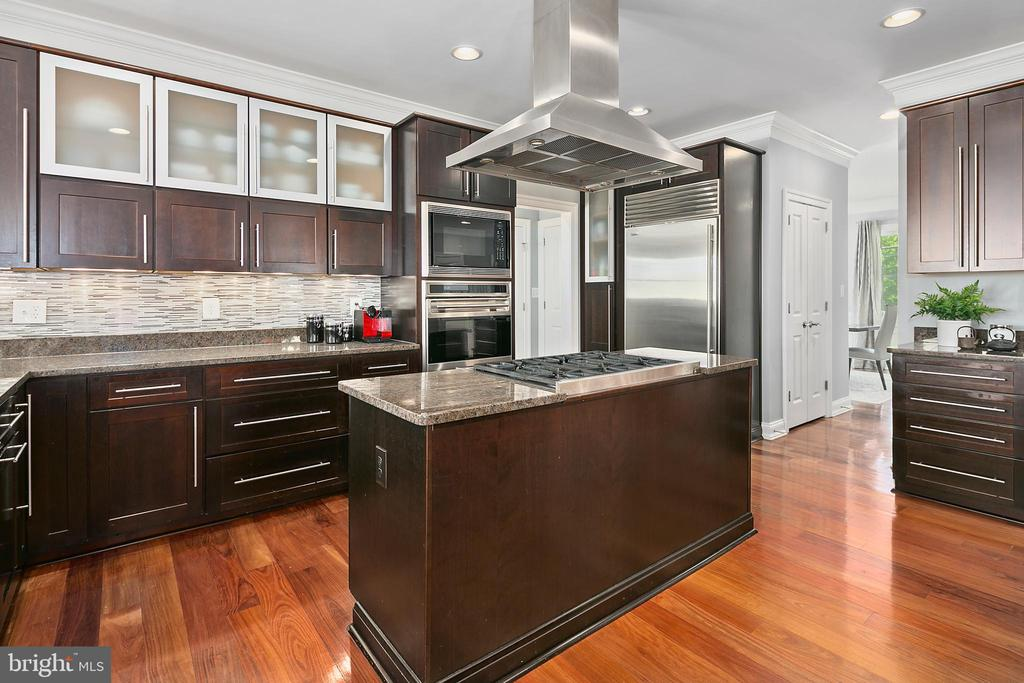A kitchen for the serious chef, or weekend dappler - 2507 11TH ST N, ARLINGTON
