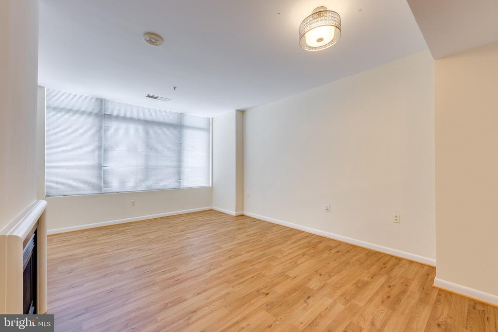 Living Room - 851 N GLEBE RD #115, ARLINGTON